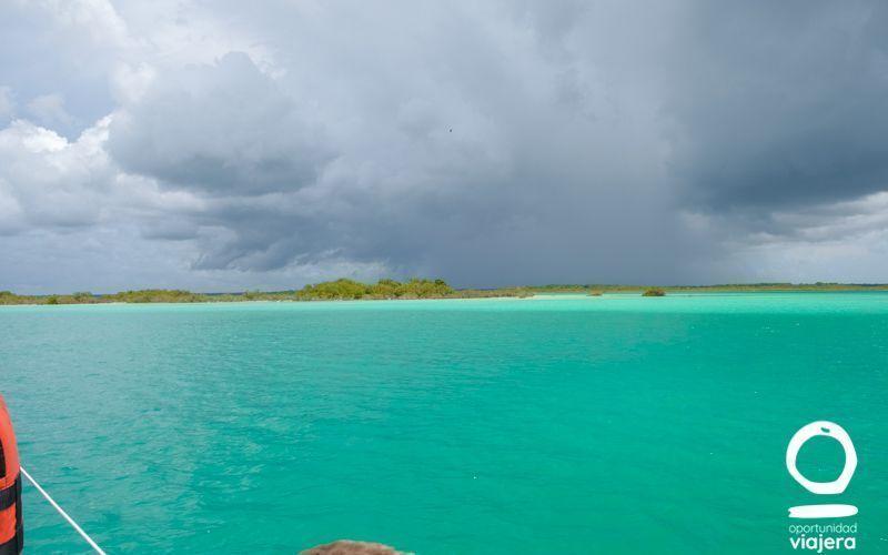 Cómo visitar la laguna de Bacalar: tour en velero